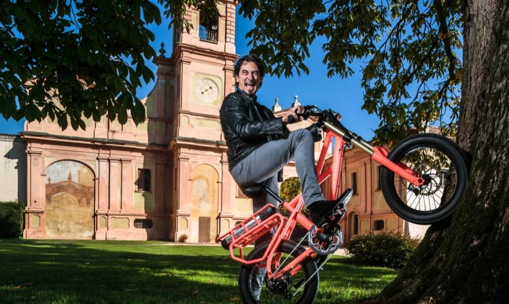 Massimo Corea in sella ad una bici ekletta